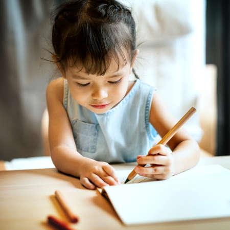 hijos: Painting Offspring Activity Casual Girl Imagination Concept Foto de archivo