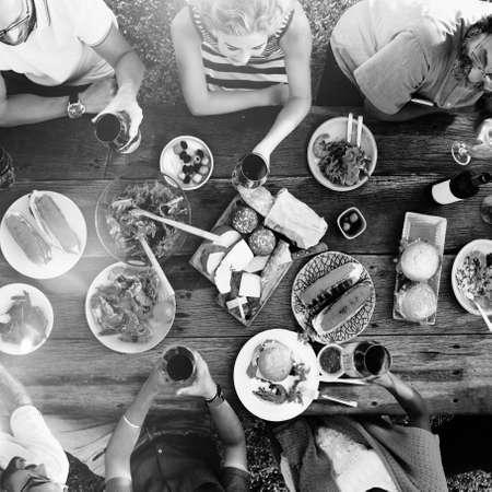 团体多样化的人晚餐派对户外概念