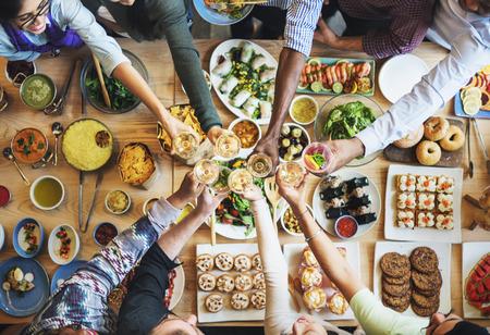 Les gens Célébration du vin Toast Bonheur Succès Concept