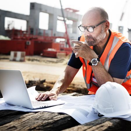 El trabajador de construcción de planificación concepto de contratista desarrollador