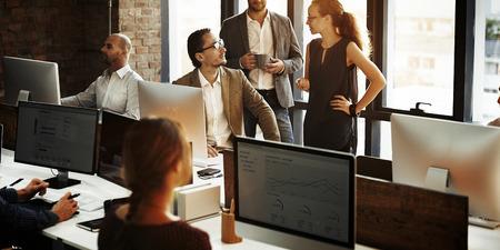 Geschäftsleute Computer benutzen Arbeitskonzept Standard-Bild