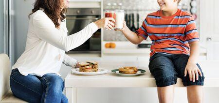 Moeder en zoon Eating Saamhorigheid Vrolijke Concept