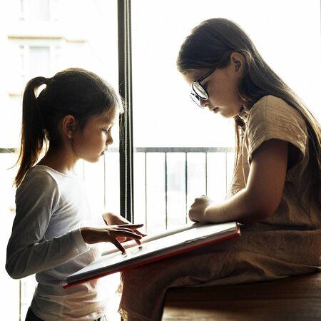 friendliness: Concepto creativo hermanas Amistad imaginación de las ideas