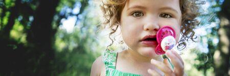 hijos: Concepto descendencia Infante Ni�o chica rubia linda del verano