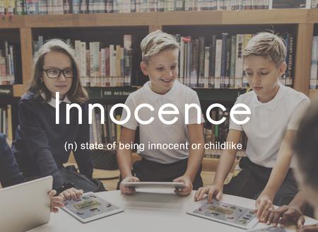 イノセンス ナイーブ罪のない子供の幼稚なコンセプト