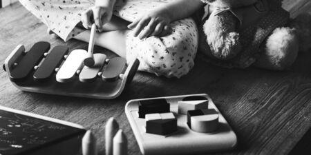 xilofono: Kid Playing xilófono de juguete Disfruta Concept Foto de archivo