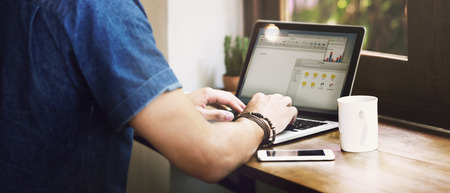 Hombre del ordenador portátil de café son Concept Cafe