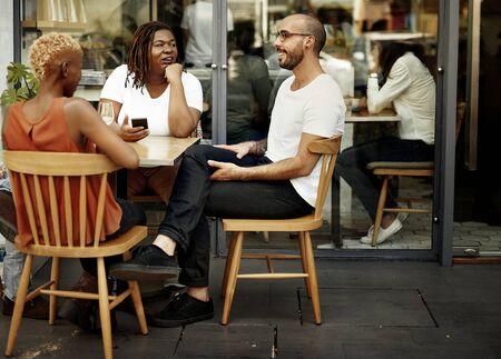 socializando: Comunicación La socialización de reclinación unión concepto Foto de archivo