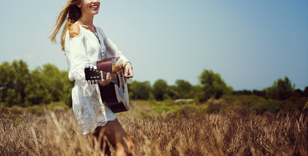 mujer hippie: Hippie mujer que juegan al concepto de la música Foto de archivo