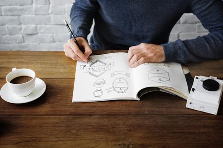 Man Drawing Sketch Ontwerp Kunstwerk van het Etiket Concept Stockfoto
