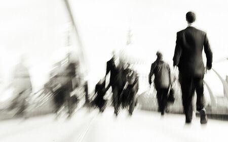 런던 시티 라이프 서클 콘 서프에서 돌진하는 사람들