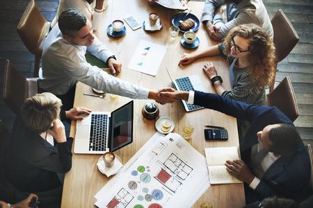 비즈니스 사람들이 회의 토론 기업 핸드 셰이크 개념