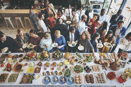 Kolegové Přátelé oběd večeře potraviny společně stravování koncepce Reklamní fotografie - 59655000