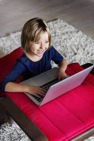 Concepto portátil de la tecnología de la computadora portátil de la muchacha Networknig Connection