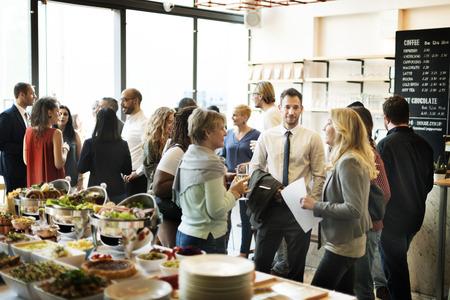ビジネス会議が歓声幸福概念を食べる