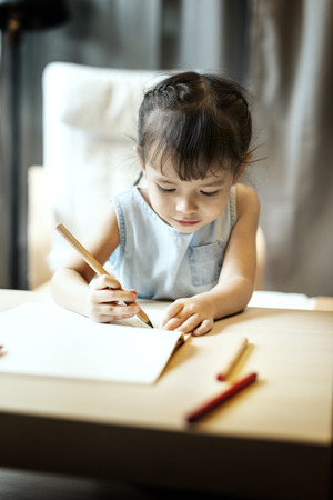 offspring: Pintura Offspring Actividad Concepto Imaginación ocasional de la muchacha Foto de archivo