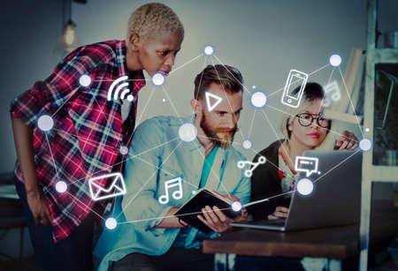 通信: ソーシャルネットワー キングの世界規模の通信技術の接続概念