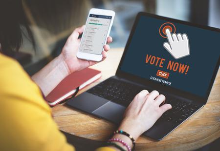 encuestando: Sondeo voto ahora Elección concepto político Foto de archivo