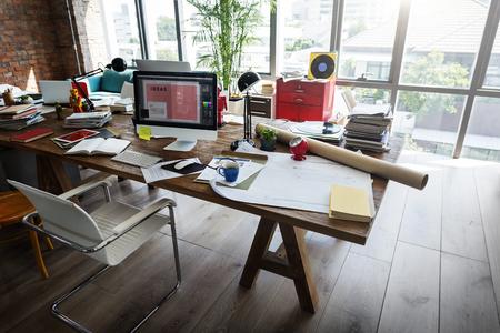 홈 오피스 창 나무 테이블 직장 개념
