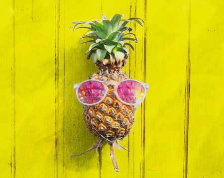 fruta tropical: Pineapple Sunglasses Tropical Fruit Refreshing Concept