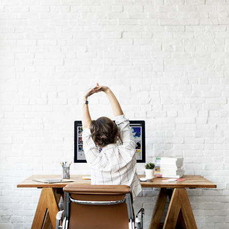 Estirar el trabajo de reclinación estilo de vida concepto de la mujer