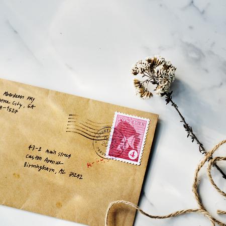 correspondence: Concepto de la comunicación de la flor de envío de correspondencia Correspondencia