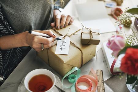 Überraschungs-Geschenk Verpackung Geburtstag Konzept Standard-Bild