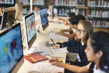 地図を勉強の女の子クラスのコンセプト 写真素材