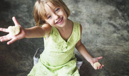 adolescencia: Hobby ni�o Concepto Adolescencia Galletas ocasional de la muchacha