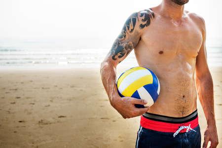 nackter junge: Fit Mann Beach Ball Konzept