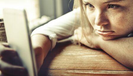 Meisje Verveling Wachten Boring Lonely Frustreer Concept Stockfoto