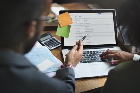 E-Mail-Working-Arbeitsplatz mit Laptop-Technologie-Konzept Standard-Bild - 60854572