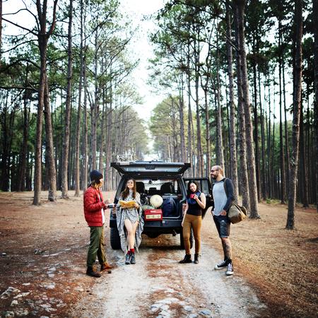 La gente que viaja Amistad Hangout destino Camping Concepto