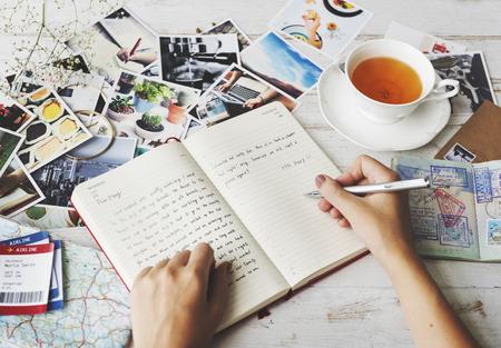 旅行ジャーナルのお茶の概念を書き込んでいるようす 写真素材