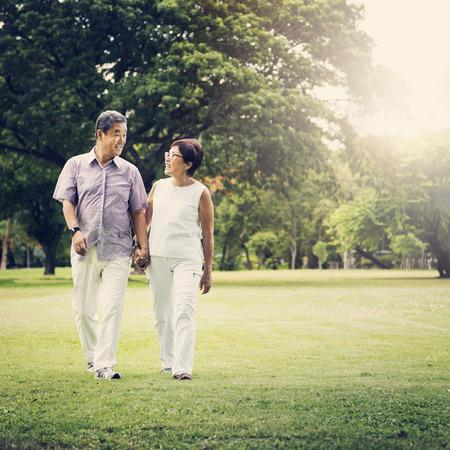 Старший пара Парк Прогулки Концепция