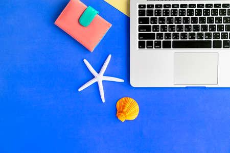 fiestas electronicas: Laptop Seashell Purse Summer Concept Foto de archivo