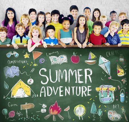 夏天孩子营地冒险探索概念