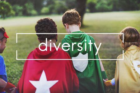 niños diferentes razas: Diversidad Variación Variedad término de diferencia de contraste Foto de archivo
