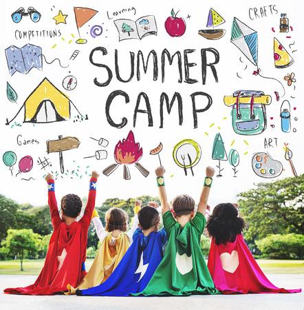 여름 어린이 캠프 모험 개념을 탐색