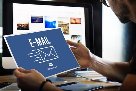 correspondencia: Correspondencia por correo electrónico enviar mensaje Concept Foto de archivo