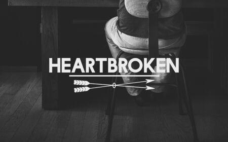 soledad: La desesperación la soledad concepto corazón roto infeliz