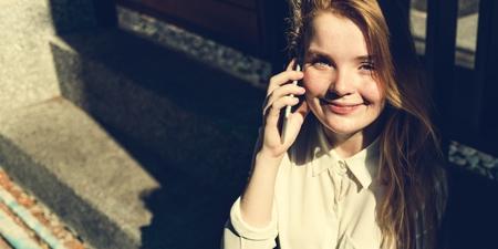 lunares rojos: Muchacha que habla Concepto Conversación telefónica