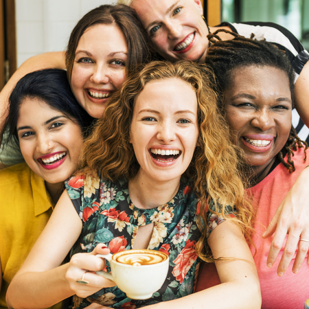 Diversiteitsvrouwen socialiseren Samen Samen Concept