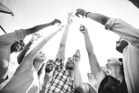 personas festejando: Grupo de personas que celebran Concept