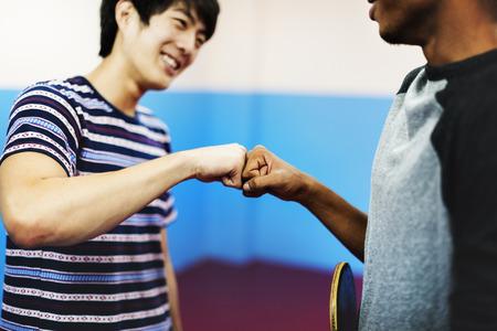 Tischtennis Ping-Pong Freunde Sportkonzept