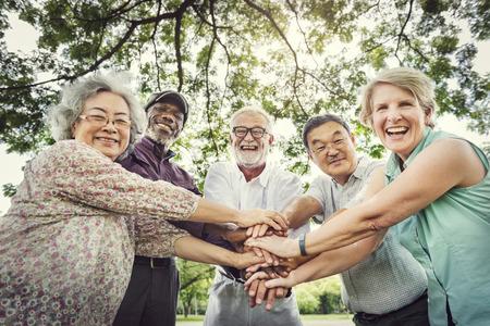 Gruppe von Senior Seniorenfitnesstraining Zusammenhalt Konzept Standard-Bild - 63665294
