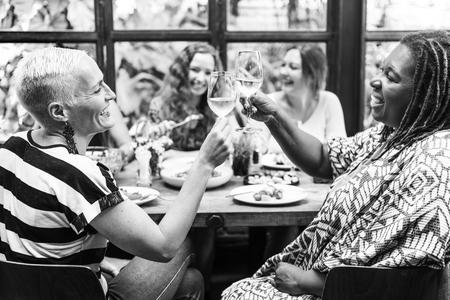 mujeres juntas: Diversity Women Group Hanging Eating Together Concept Foto de archivo
