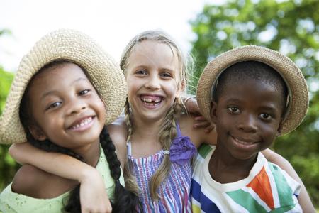 offspring: Niños Amigos Niños Niñas Juguetón Naturaleza Concepto Offspring