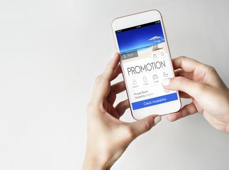 Femme utilisant un smartphone avec concept de promotion de vacances Banque d'images