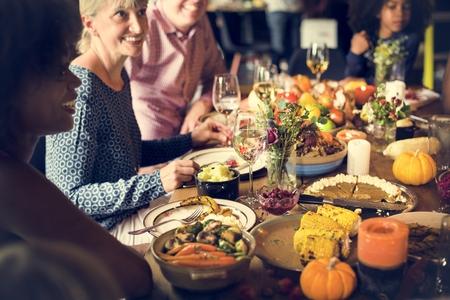 Les gens Célébrer Thanksgiving Tradition Concept
